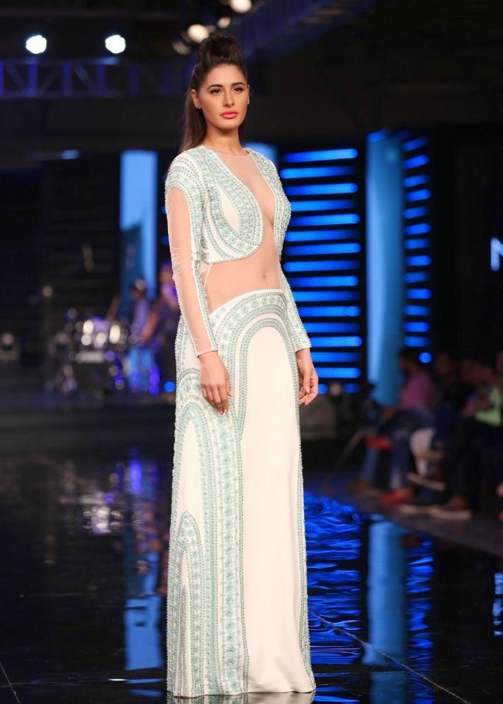 Nargis Fakhri Looks Smoking Hot On The Ramp At Blenders Pride Fashion Tour 2014 In Grand Hyatt Mumbai (19)
