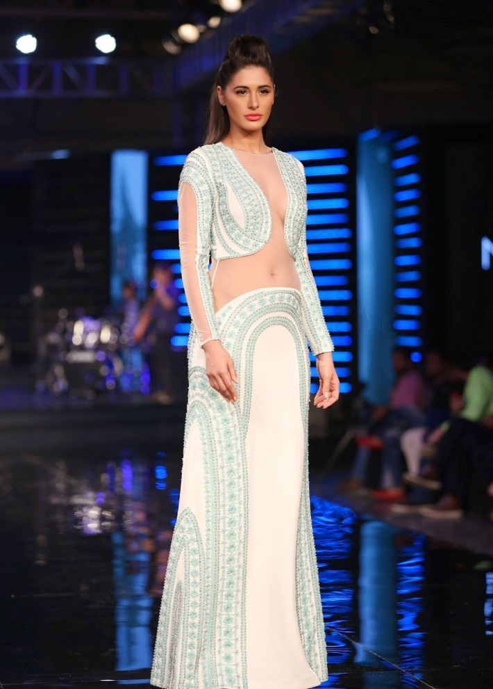 Nargis Fakhri Looks Smoking Hot On The Ramp At Blenders Pride Fashion Tour 2014 In Grand Hyatt Mumbai (20)
